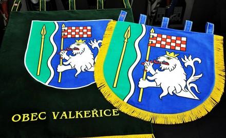 Slavnostní vyšívané znaky obce Valkeřice
