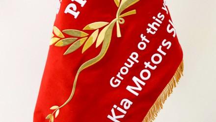 Slavnostní vyšívaná firemní vlajka, stuha, znak