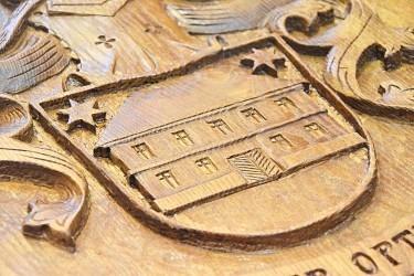 Detail vyřezávaného osobního znaku.