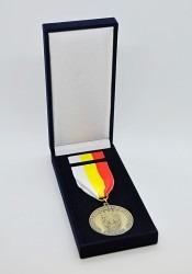 Záslužná medaile vyhotovena pro MČ Praha 5 uložena v dárkové krabičce.
