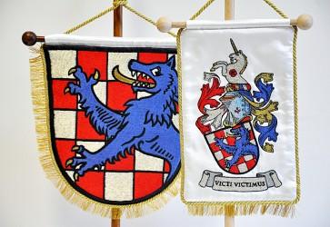 Ukázka realizace osobního znaku, detail výšivky stolních vlaječek s osobním znakem