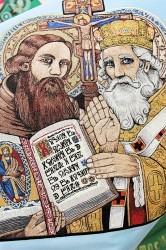 Detail ruční výšivky, tzv. malby jehlou, sv. Cyrila a Metoděje na slavnostním saténovém praporu jednoty Orla Boleradice