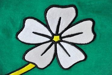 Detail výšivky slavnostní vlajky.