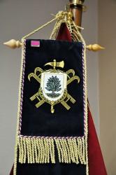 Detail výšivky stuhy s vlastním znakem sboru