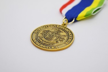 Zakázková výroba pamětních medailí pro hasiče.