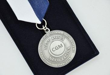 Detail firemní pamětní medaile.