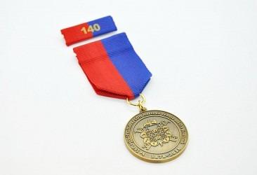 Hasičská pamětní medaile na závěsné stuze s klopovou stužkou.