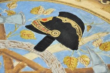 Detail výšivky hasičské přilby na přední straně (avers) původního praporu.