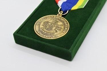 Detail hasičského vyznamenání.