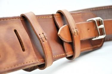 Uchycení koženého pásu pro praporečníka