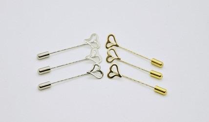 Symbolický a tvarově originální odznak v podobě srdce se zlatou nebo stříbrnou povrchovou úpravou.