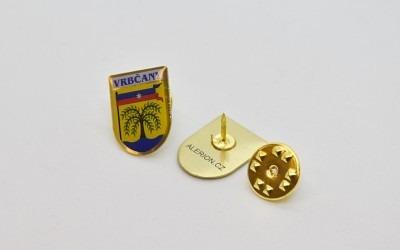 Výroba odznaků se znakem a názvem obce, města či městyse.