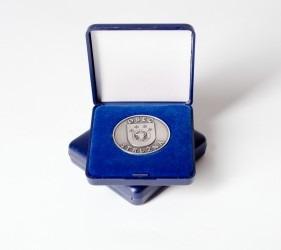 Pamětní mince uložena v reprezentativní krabičce.
