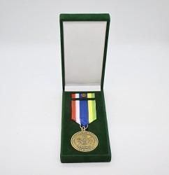 Hasičská pamětní medaile se stuhou a klopovou stužkou.