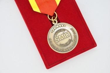 Detail pamětní firemní medaile.