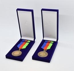 Pamětní medaile s klopovou stužkou uložené v dárkové sametové krabičce.