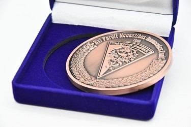 Zakázková výroba pamětních medailí s vlastní grafikou.