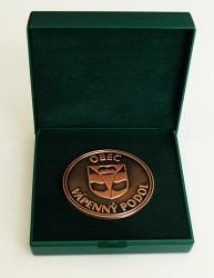 Pamětní mince se znakem a názvem obce.