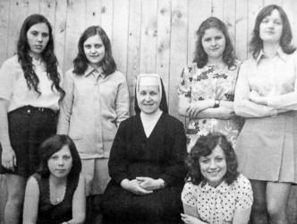 Učnice v oboru umělecká vyšívačka s řádovou sestrou vychovatelkou na konci 70. let 20. století.