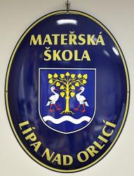 Smaltovaný ovál se znakem obce/ městyse/ města a názvem instituce