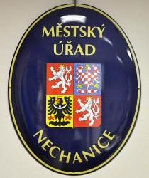 Smaltovaný ovál s velkým státním znakem ČR a názvem instituce