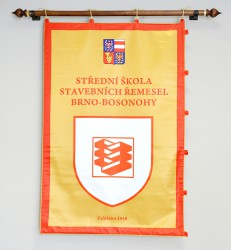 Slavnostní oboustranně tištěný saténový prapor SŠSŘ Brno – Bosonohy