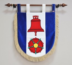Slavnostní sametový vyšívaný znak v malém provedení.