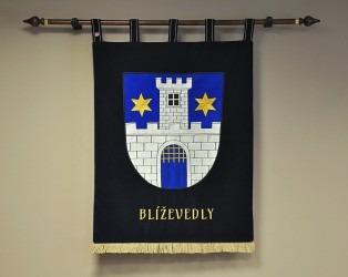 Vyšívaný znak vyhotovený pro obec Blíževedly