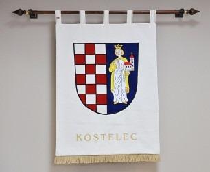 Ručně vyšívaný znak ve velkém provedení, realizace pro obec Kostelec