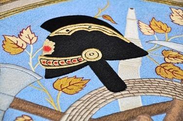 Detail řemeslné výšivky repliky praporu dokazuje mistrné umění vyšívaček z heraldicko-umělecké firmy Alerion.