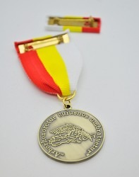 Oboustranná záslužná medaile s klopovou stužkou vyhotovena pro MČ Praha 5.