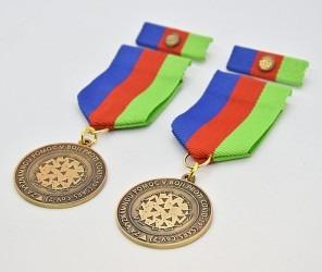 Pamětní medaile na závěsné stužce s krátkou klopovou stužkou.
