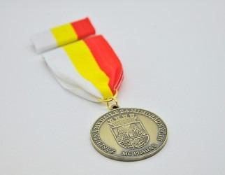 Záslužná medaile se stuhou a klopovou stužkou, MČ Praha 5.