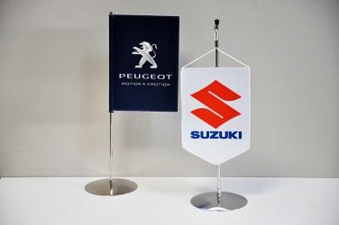 Tištěné stolní vlaječky s logem automobilky