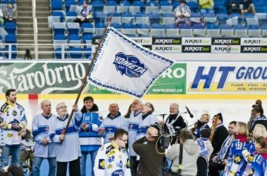Předání vyšívaného praporu HC Kometa Brno