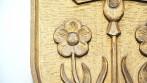 Detail vyřezávaného obecního znaku.