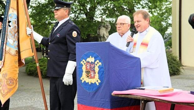 Díky daru sponzorů si SDH Velké Němčice ke 120. výročí pořídil repliku praporu