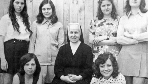 Učnice v oboru umělecká vyšívačka s řádovou sestrou vychovatelkou na konci 70. let 20. století