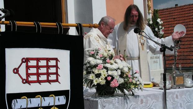 V obci Březské žehnali novému vyšívanému znaku