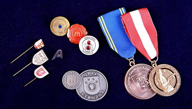 Odznaky, medaile, pamětní mince, kravatové spony