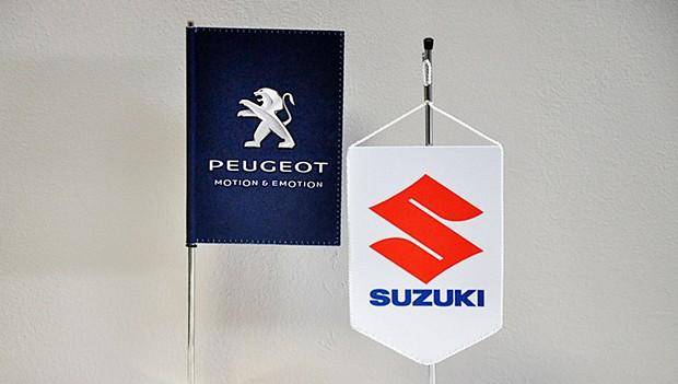 Zakázková výroba stolních vlaječek pro automobilky a importéry